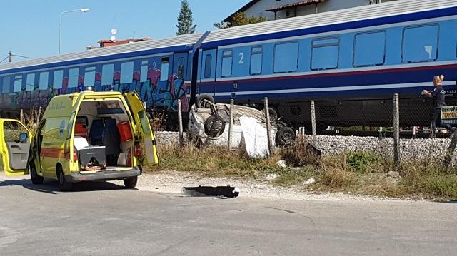 Τρένο συνέτριψε αυτοκίνητο στα Τρίκαλα: Νεκρή μία γυναίκα