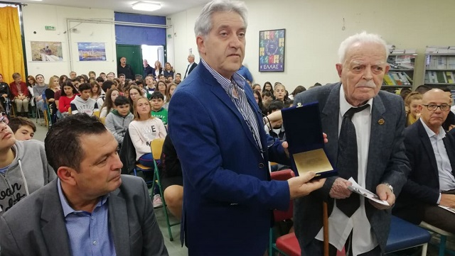 Μαθητές βράβευσαν τον Αθανάσιο Κουτσό
