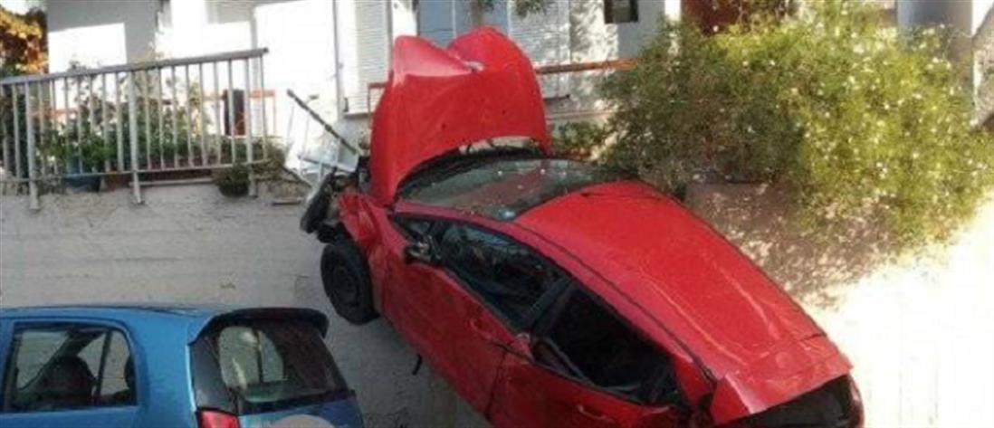 """Αυτοκίνητο """"καρφώθηκε"""" σε μπαλκόνι σπιτιού"""