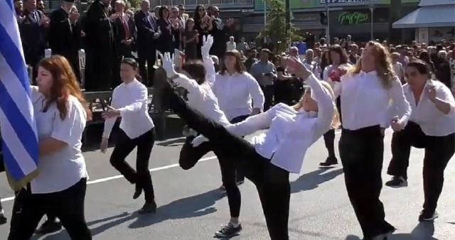 Νέα Φιλαδέλφεια: Τι απαντούν τα 10 κορίτσια για τον σάλο με την παρέλασή τους
