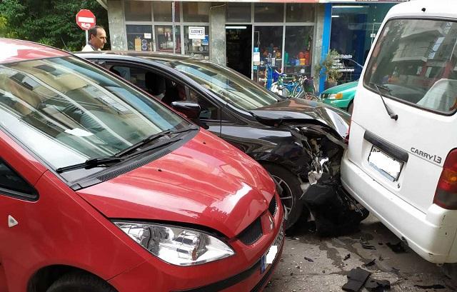 Σφοδρή σύγκρουση οχημάτων στο κέντρο των Τρικάλων
