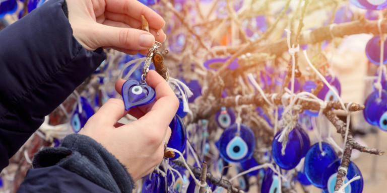 Δεισιδαιμονίες: Ποιοι λαοί τα ρίχνουν στο «κακό μάτι» για τις αρρώστιες