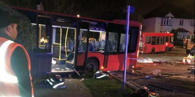 Λονδίνο: Σφοδρή σύγκρουση δύο λεωφορείων –Ενας νεκρός και 15 τραυματίες