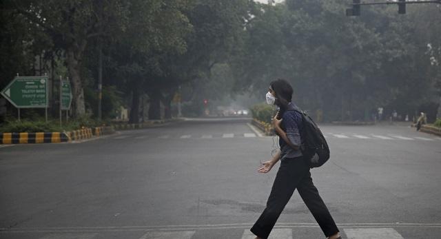 Στην Ινδία μοιράζουν μάσκες στα παιδιά για να τα σώσουν από τη ρύπανση