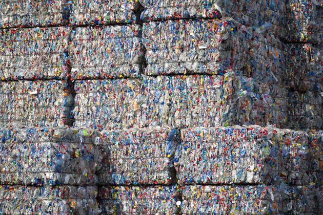 Εταιρεία ασφαλτοστρώνει δρόμους από πλαστικά που δεν ανακυκλώνονται
