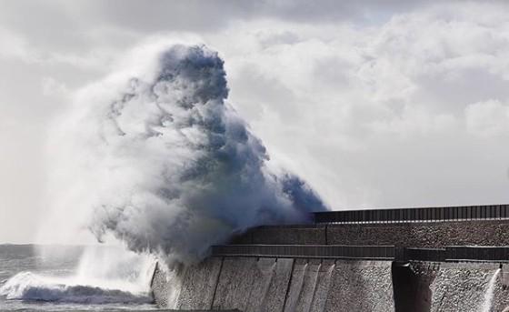 Γαλλία : Η καταιγίδα «Αμελί» σαρώνει τη χώρα- Ριπές ανέμου πάνω από 160 χλμ. την ώρα