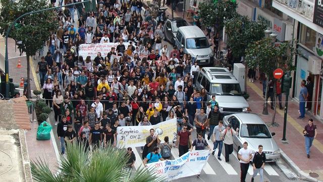Πορεία μαθητών και φοιτητών στο κέντρο του Βόλου