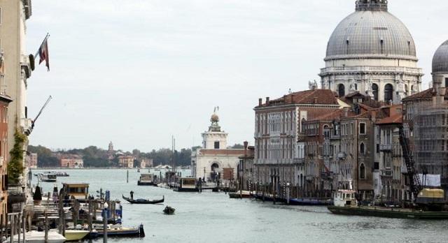 Βενετία: Γονδολιέρηδες βούτηξαν στα κανάλια για να μαζέψουν τόνους σκουπιδιών