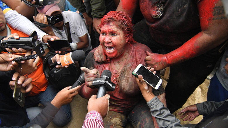 Βολιβία: Διαδηλωτές περιέλουσαν με μπογιά και κούρεψαν δήμαρχο