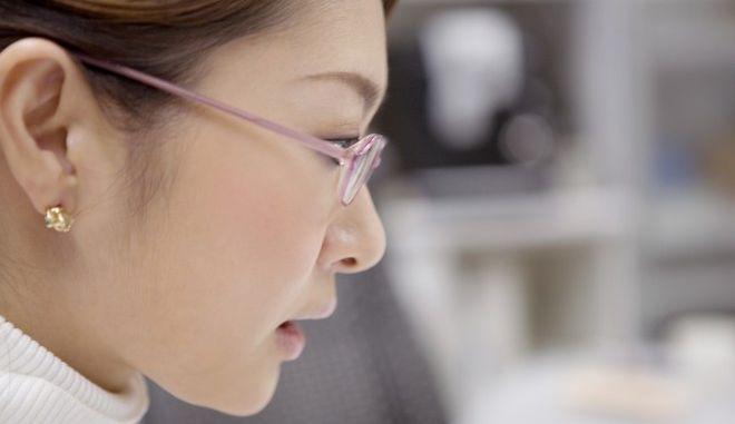Ιαπωνία: Απαγορεύουν στις γυναίκες να φοράνε γυαλιά στη δουλειά τους