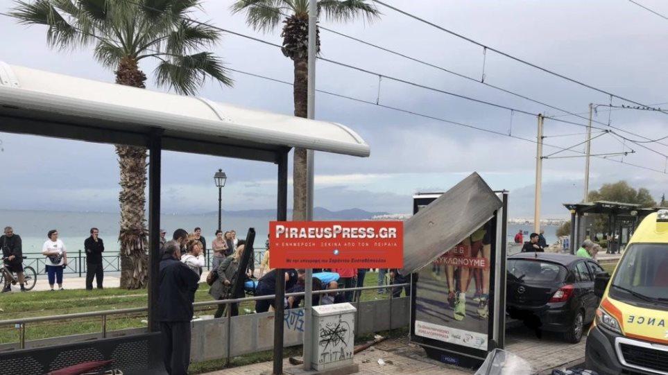 Αθήνα: Αυτοκίνητο έπεσε σε στάση λεωφορείου