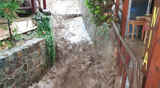 Κρήτη: Χείμαρρος από νερά και λάσπες πλημμύρισε ταβέρνα