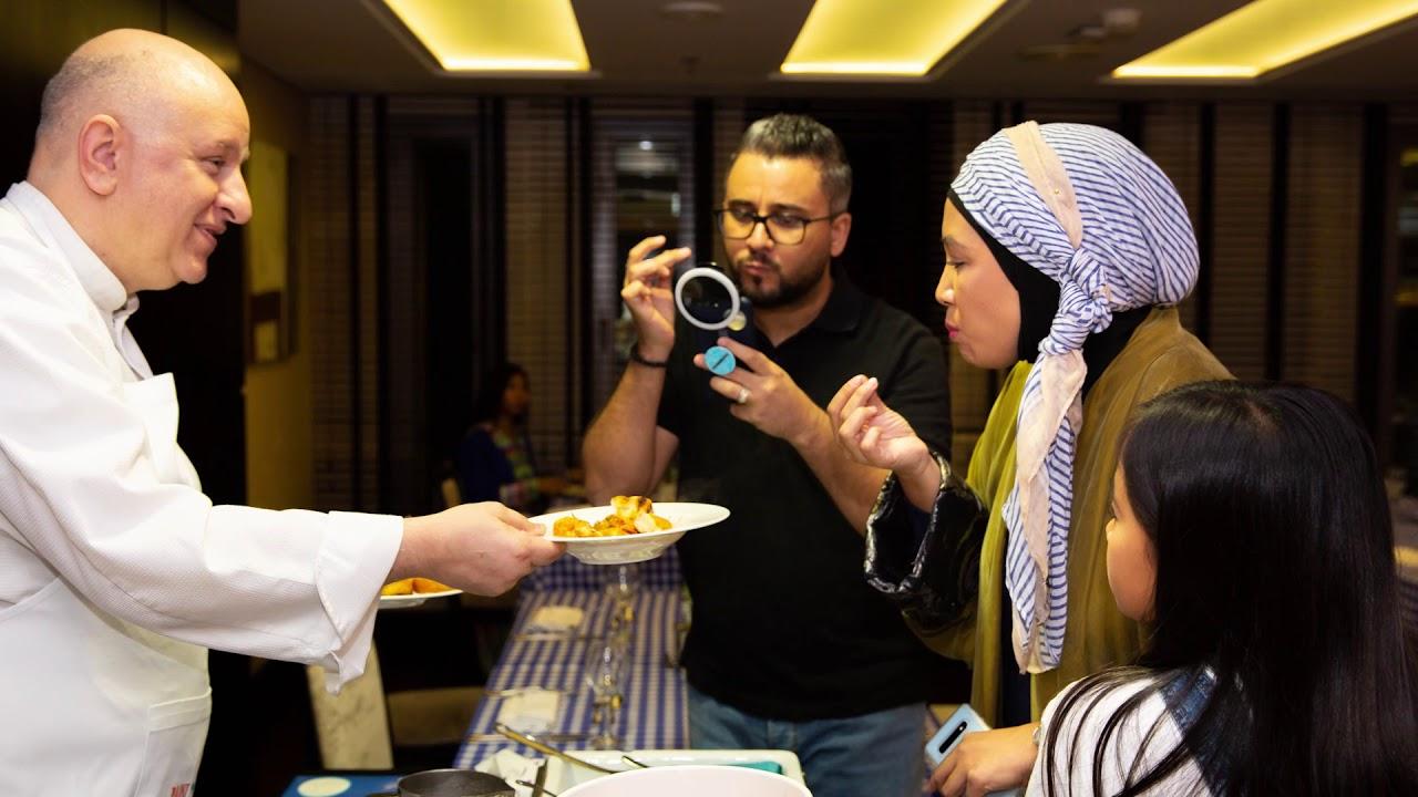 Ένας Έλληνας μαθαίνει τους Σαουδάραβες να τρώνε ταραμοσαλάτα, παστιτσάδα & σαγανάκι