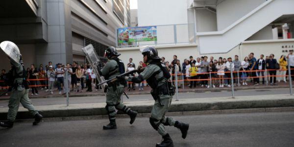 Χονγκ Κονγκ: Αστυνομικοί άνοιξαν πυρ κατά διαδηλωτών με αληθινές σφαίρες