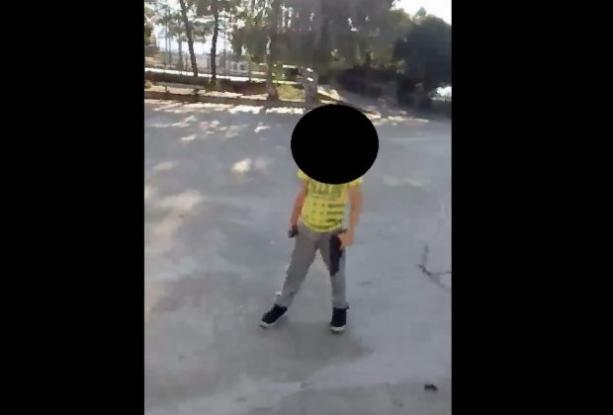 Πατέρας στην Πάτρα, εκπαιδεύει τον 6χρονο γιο του στα όπλα και μάλιστα νιώθει υπερήφανος για αυτό