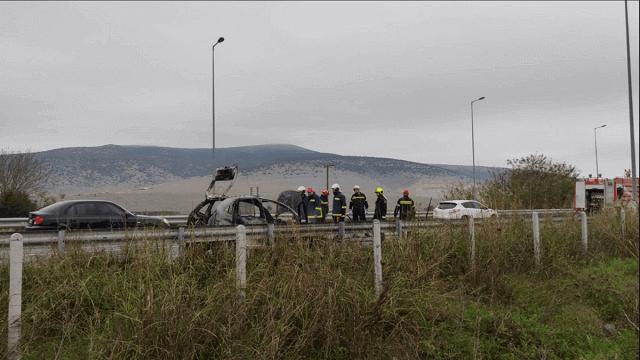 Στις φλόγες αυτοκίνητο στην Ε.Ο. Τρικάλων-Λάρισας [εικόνες]