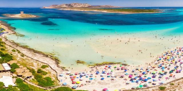 Βουτιές μετά… πληρωμής σε διάσημη παραλία: Γιατί βάζουν εισιτήριο οι τοπικές αρχές