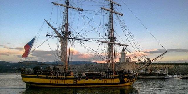 «Πειρατικό» καράβι στη Σκιάθο
