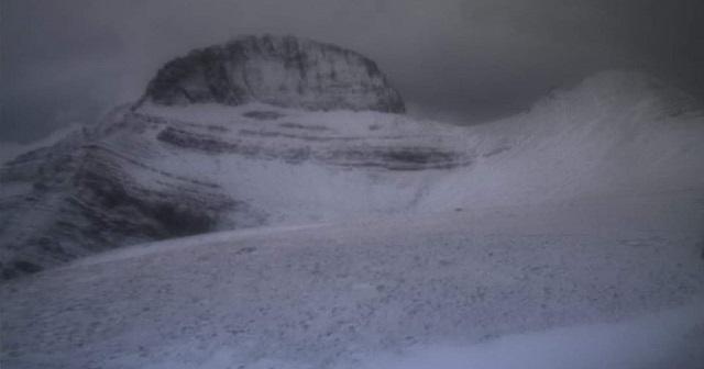 Έπεσαν τα πρώτα χιόνια στην Ελλάδα: Στα λευκά Παρνασσός, Όλυμπος και Τζουμέρκα