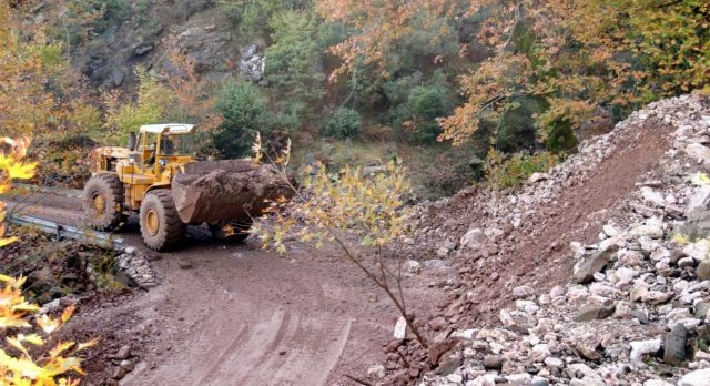 Εκτεταμένη κατολίσθηση στη Ζαχλωρού Καλαβρύτων – Κλειστός ο δρόμος