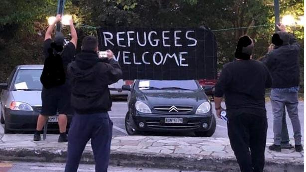«Αλληλέγγυοι» στους πρόσφυγες γέμισαν με συνθήματα την Αλλη Μεριά