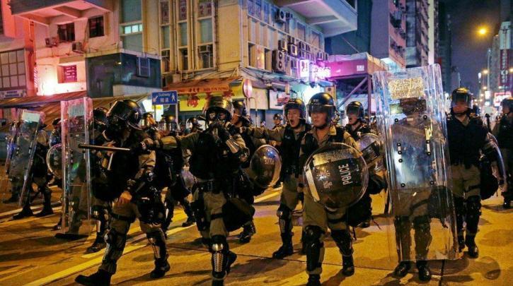 Χονγκ Κονγκ: Η αστυνομία απειλεί να κάνει χρήση πραγματικών πυρών