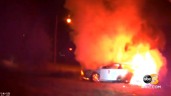 Αστυνομικοί διέσωσαν γυναίκα μέσα από φλεγόμενο αυτοκίνητο