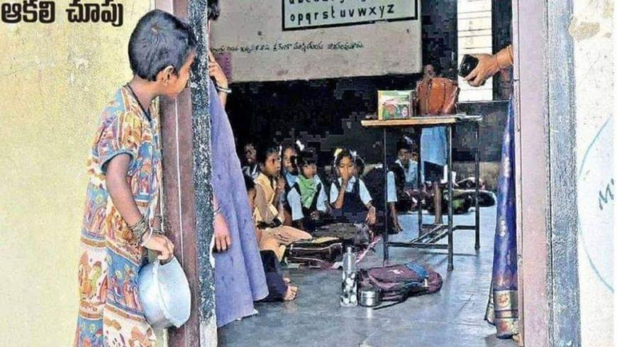 Η αλήθεια πίσω από την viral φωτογραφία με το κορίτσι που κρυφοκοιτάζει μια σχολική τάξη στην Ινδία