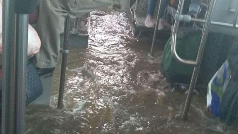 Απίστευτες εικόνες στον Ασπρόπυργο: Πλημμύρισε λεωφορείο