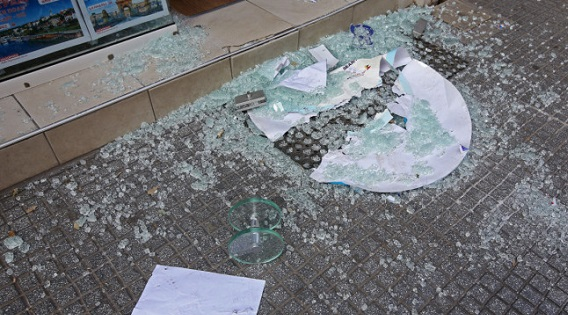 Λαμία: Ληστές με βαριοπούλες έκαναν γυαλιά-καρφιά ένα πρατήριο καυσίμων