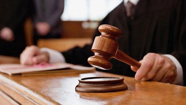 Ενοχος χωρίς ελαφρυντικά πατέρας που κρυφοκοίταζε τις κόρες του στο μπάνιο και αυτοϊκανοποιούνταν