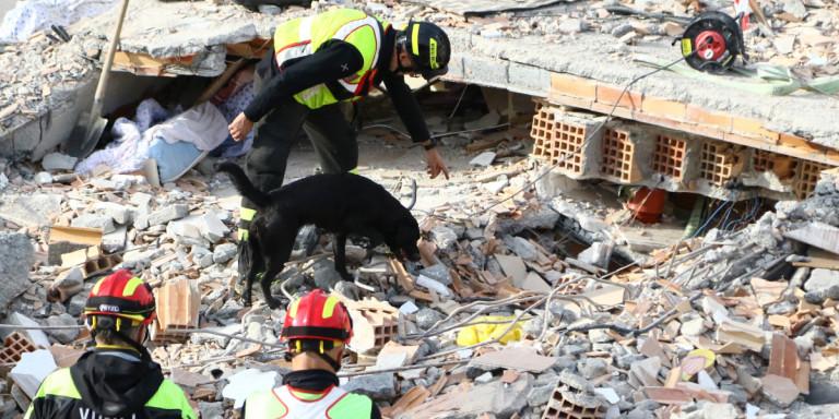 Σεισμός στην Αλβανία: Αλλους τρεις νεκρούς ανέσυραν τα ξημερώματα τα συνεργεία της ΕΜΑΚ