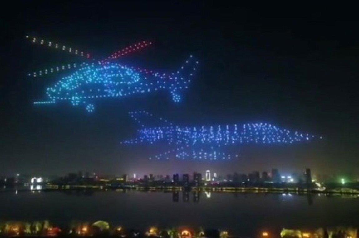 800 πολύχρωμα drones στον νυχτερινό ουρανό σχηματίζουν αεροπλάνα φαντασματα