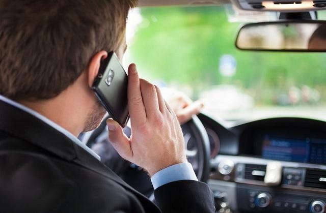 «Βροχή» οι κλήσεις από την Τροχαία : Με το κινητό στο χέρι οι οδηγοί