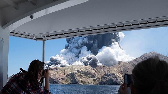 Έκρηξη ηφαιστείου στη Νέα Ζηλανδία: Τουλάχιστον ένας νεκρός, φόβοι για περισσότερα θύματα