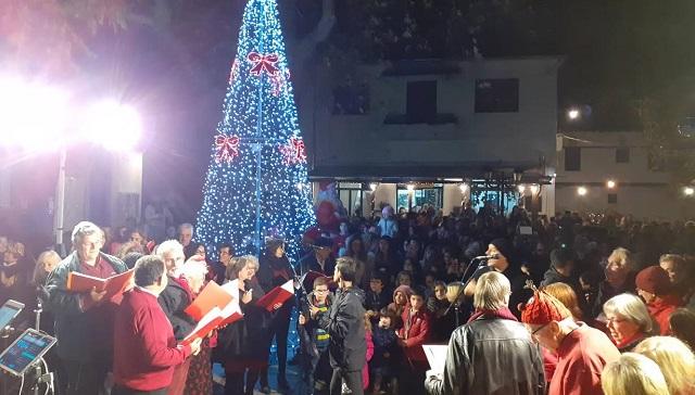 Παρουσία πλήθους δημοτών «άναψε» το Χριστουγεννιάτικο δέντρο στην Αργαλαστή
