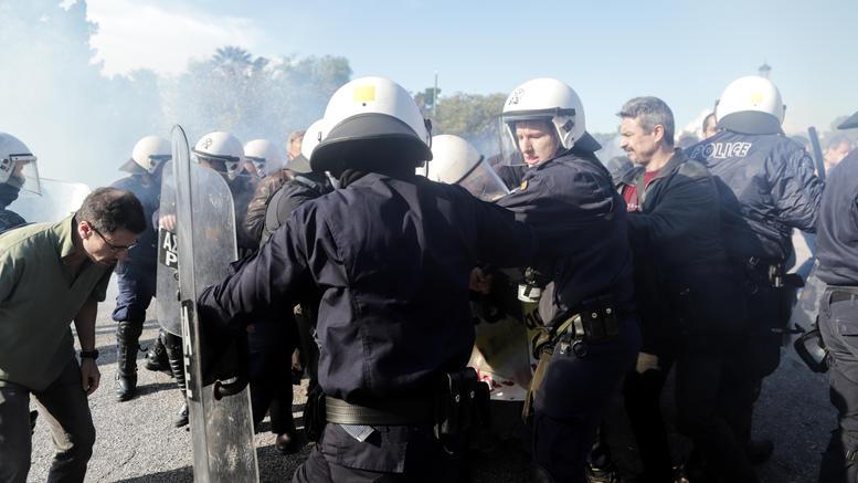 Εισβολή σε ημερίδα του Πανελλήνιου Ιατρικού Συλλόγου -Επεσαν χημικά και ξύλο [εικόνες]