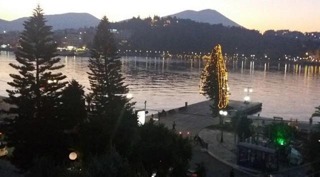 Διχάζει το χριστουγεννιάτικο δέντρο που τοποθετήθηκε στην παραλία της Χαλκίδας