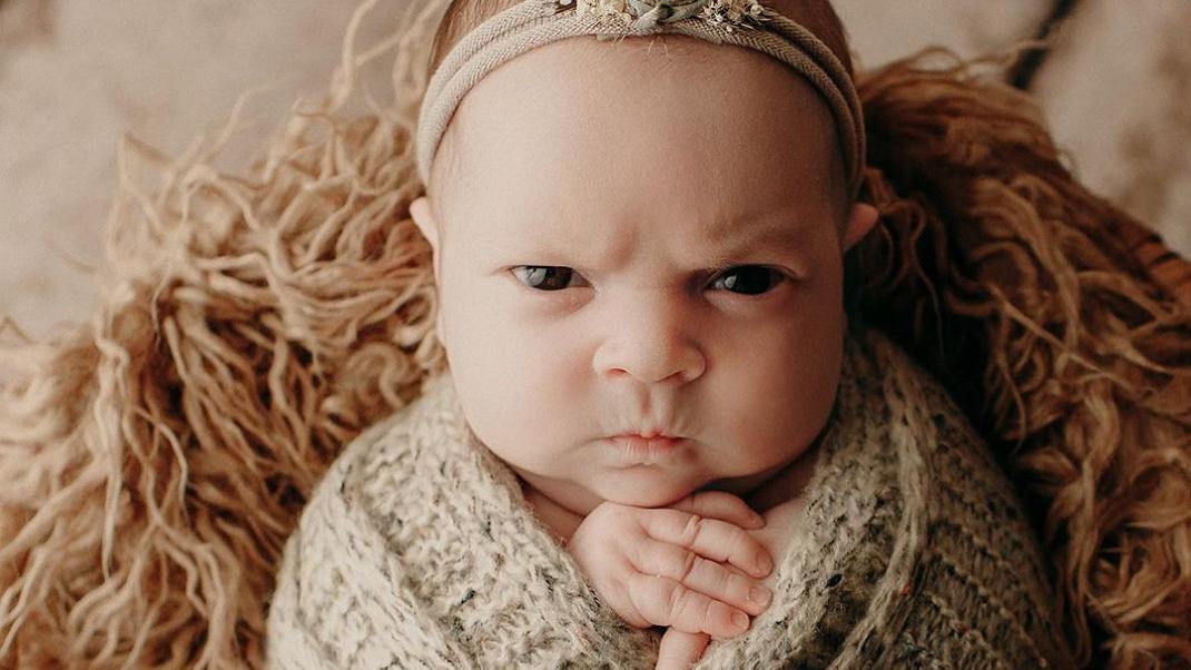 Μωράκι παίρνει «θυμωμένη» έκφραση όταν το φωτογραφίζουν και γίνεται αμέσως viral