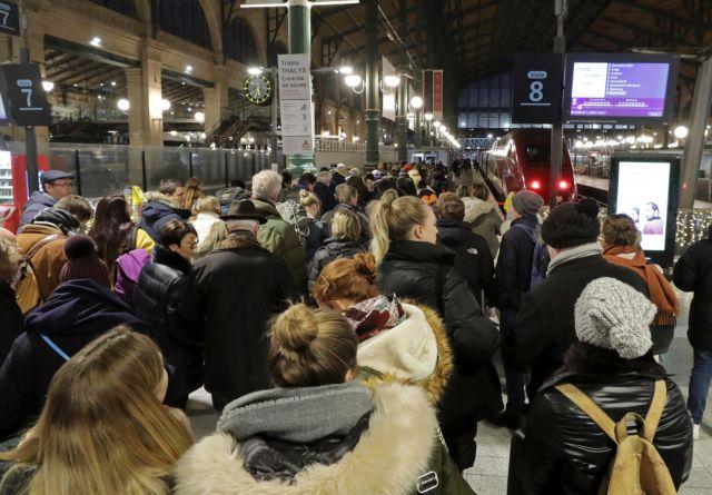 Παραλύει η Γαλλία από τις απεργίες για το συνταξιοδοτικό