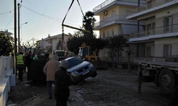 Άνοιξε ο δρόμος και «κατάπιε» αυτοκίνητο στα Τρίκαλα [photo]