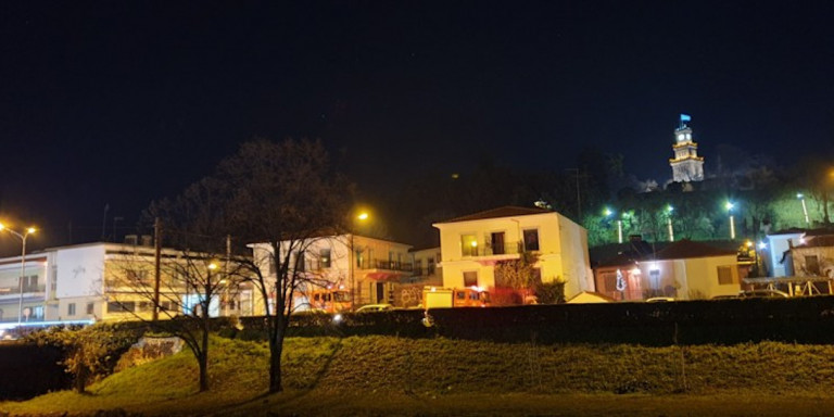 Φωτιά σε παλιό εμπορικό κέντρο στα Τρίκαλα- Υποψίες για εμπρησμό