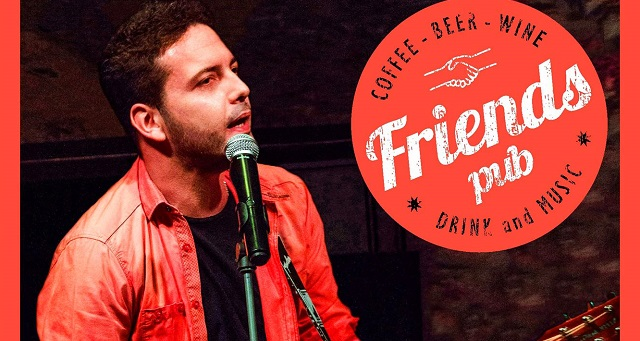 Ο Γιώργος Γελαράκης στην Friends Pub του Βόλου