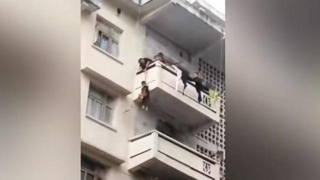 Κατέβασε τον εγγονό της από το μπαλκόνι για να πιάσει την γάτα