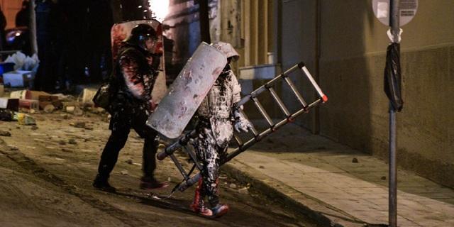 Κουκάκι: Μαρτυρίες αστυνομικών - «Έριχναν βενζίνη στον τροχό που έκοβε την πόρτα»