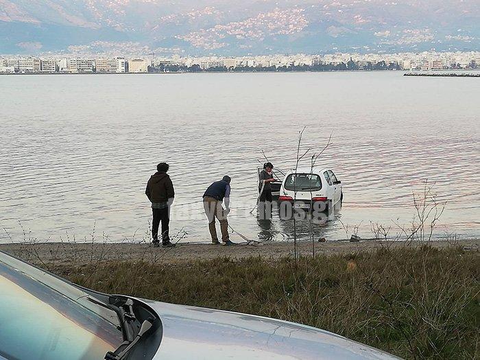 Πευκάκια: Αυτοκίνητο με ηλικιωμένη  οδηγό κατέληξε στη θάλασσα