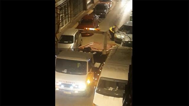 Κατερίνη: Σήκωσαν στα χέρια αυτοκίνητο που έκλεινε την είσοδο πολυκατοικίας (βίντεο)