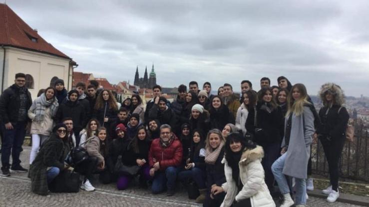 «Εφιάλτης» οι... κοτομπουκιές για 17 Έλληνες Μαθητές στην Πράγα!