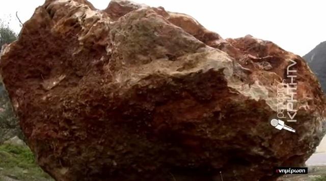 Τεράστιος βράχος αποκολλήθηκε στο Ηράκλειο σκορπώντας τον τρόμο [εικόνες-video]