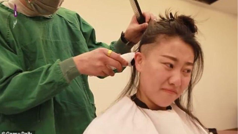 Κορωνοϊός: Κινέζες γιατροί ξύρισαν το κεφάλι τους ύστερα από εντολή της διεύθυνσης νοσοκομείου